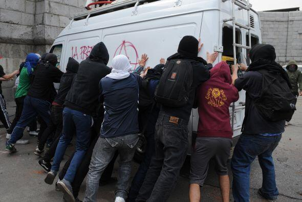 Durante la protesta realizaron varios actos bandálicos.