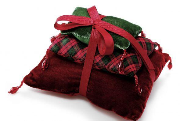 Almohadones-regalos. Una decoración muy original y divertida consiste en...