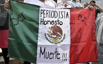 Una manifestante porta una bandera en una marcha contra el asesinato del...