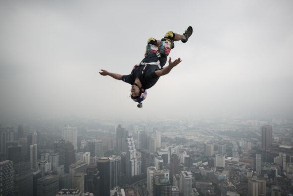 Este francés sorprende con su salto de 300 metros desde la histórica Tor...