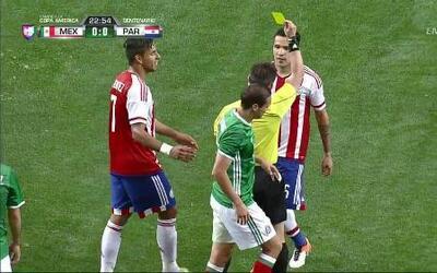 Tarjeta amarilla. El árbitro amonesta a Celso Ortiz de Paraguay