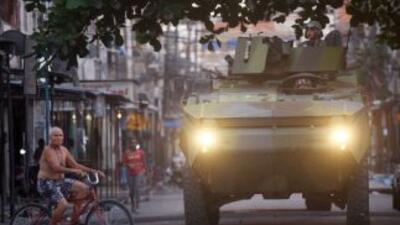La presidenta Dilma Rousseff autorizó que los militares patrullen las ca...