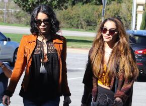 La famosa asistió junto a su hermana Stella a una funeraria en Glendale,...