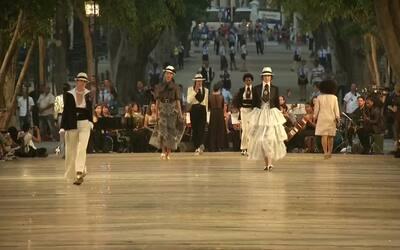 Lagerfeld estrena nueva colección de Chanel en deslumbrante desfile de m...