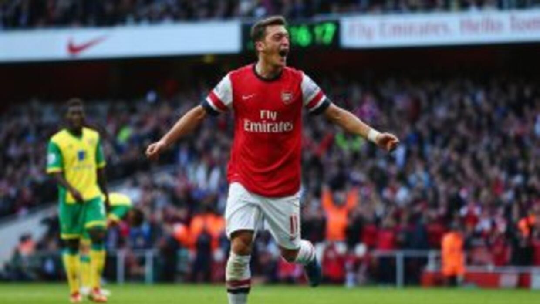 Ozil tiene al Arsenal de líder en la Liga Premier.