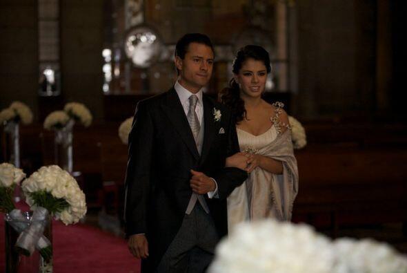 Él caminó hacia el altar acompañado por su hija mayor, Paulina de 15 año...