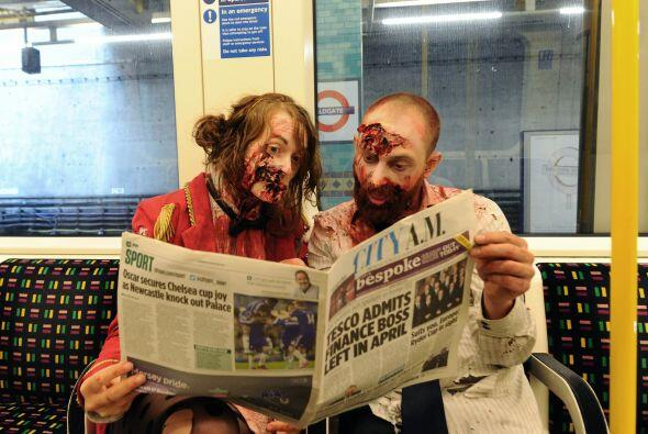 En Londres este par de zombis se apoderaron del metro y sus alrededores.