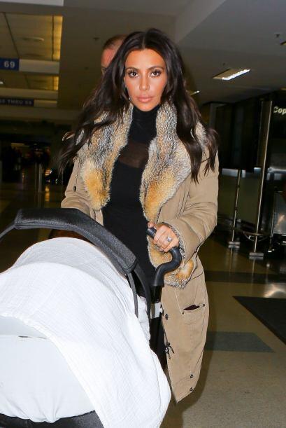 Kim Kardashian y la pequeña North West salieron del aeropuerto de...