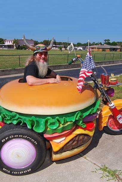 Harry disfruta de pasear por Daytona Beach en su peculiar motocicleta.