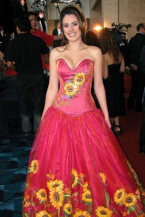Luz Elena! se puso patriota e hizo honor a la tradicional piñate mexican...