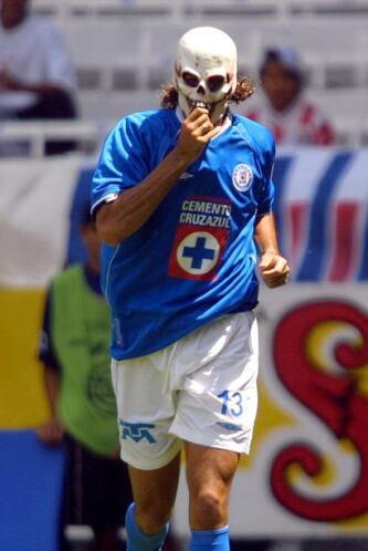 Sebastián Abreu en el juego entre Cruz Azul y Chivas, festejó un gol con...