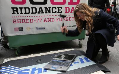 Cientos de ciudadanos asistieron al 'Good Riddance Day' en Times Square...