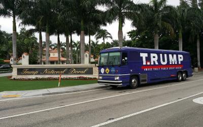 Han modificado ligeramente el aspecto del autobús para criticar a...
