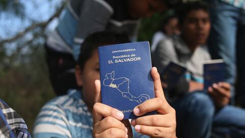 Centroamericanos se apuran para cruzar la frontera antes de que Trump in...