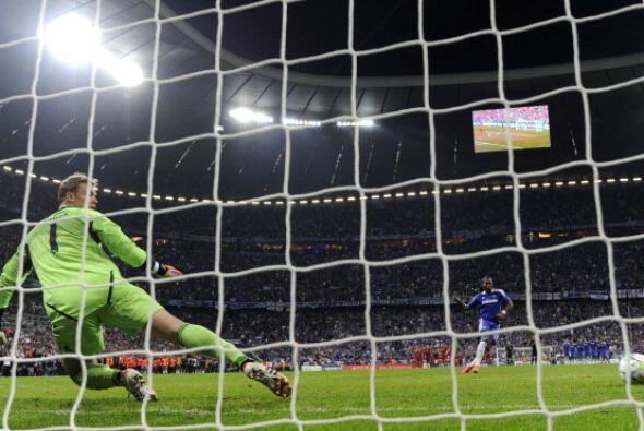 Drogba cobró con confianza y engaño a Neuer.