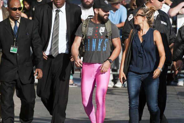 ¿Será que Shia Labeouf desea imponer una moda en el sector masculino?