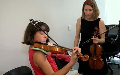 En video: Una niña de 10 años toca el violín gracias a una prótesis de m...