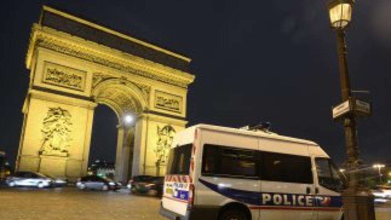En la capital francesa, los policías vigilan toda la ciudad.