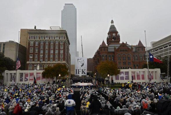 Centenares de asistentes desafían a la lluvia durante una ceremon...