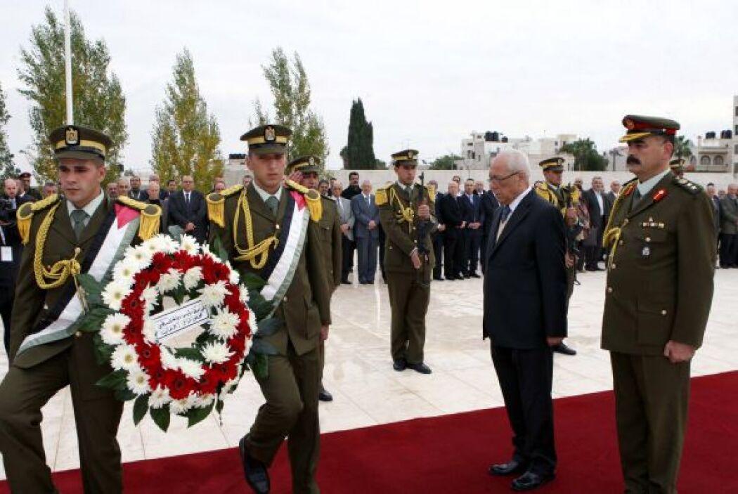 Una ceremonia militar fue organizada delante del mausoleo en el recinto...