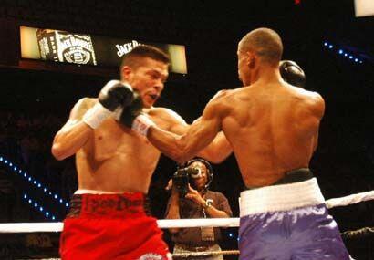 En varios pasajes llenos de emoción ambos boxeadores se pararon a interc...