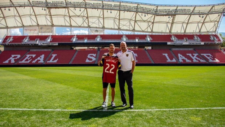 """""""El Burrito"""" Martínez posa con su nueva camiseta en Real Salt Lake."""