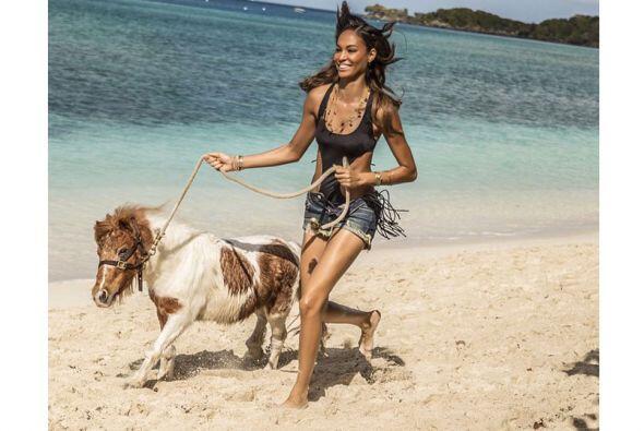 ¡Hasta corrió con un pony a la orilla del mar!