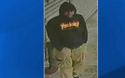 Buscan al sospechoso de dos ataques a mujeres en Manhattan para robarles...