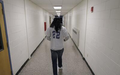 Suspender o expulsar a un estudiante de su escuela contribuye a su bajo...