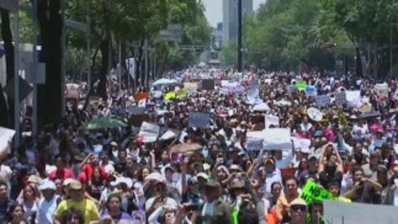 Universitarios mexicanos marchan contra la parcialidad en los medios