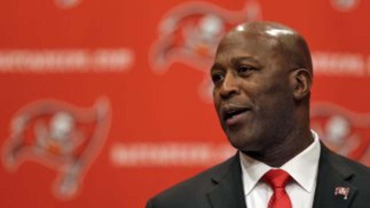 Lovie Smith regresó al equipo que le dio su primera oportunidad en la NF...