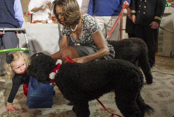 Michelle Obama de inmediato se agachó a ayudar a la pequeña.Mira aquí lo...