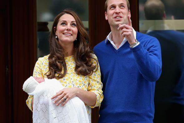 Con su esposo a su lado, Kate llevaba un amplio vestido blanco y amarillo.