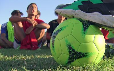 Decenas de exiliados en el mundo buscan en el fútbol una nueva vida