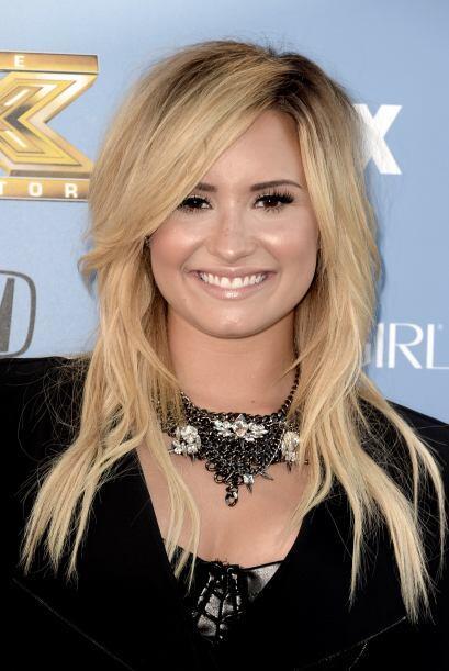 Demi Lovato le apuesta al cuero en negro y los corsets, contrastando un...
