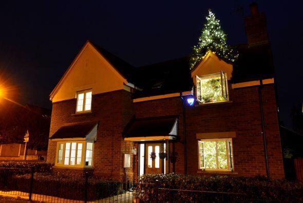 El hogar de los Pennistons luce increíble en la noche cuando los más de...