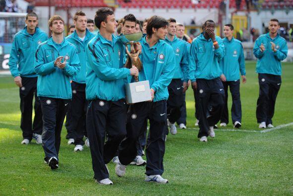 Antes del duelo, el Inter recibió a uno de sus equipos juveniles que rec...