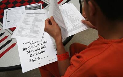 ¿Qué hacer si agentes de inmigración te piden firmar un documento?