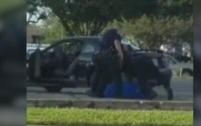 ¿Se excedieron? Captan a tres policías sometiendo a patadas a un hombre...