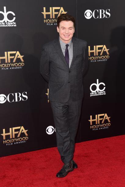 Con una gran sonrisa y luciendo un traje gris, fue como se apareció Mike...