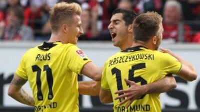 El armenio Mkhitaryan hizo los dos tantos con los que el Dortmund ganó y...