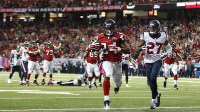 Devonta Freeman repitió una actuación de tres touchdowns y los Falcons m...