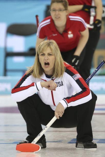 La estadounidense Erika Brown reacciona durante el partido de curling fe...