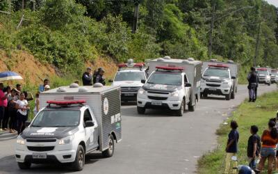 Ambulancias camino al presidio en Manaus, Brasil, donde cerca de 60 pers...