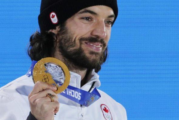El canadiense Charles Hamelin celebra en el podio su victoria en la prue...