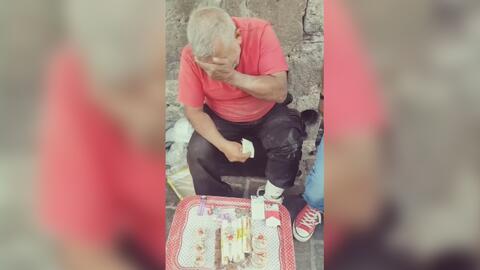 La emoción de un anciano vendedor de dulces cuando un desconocido le com...