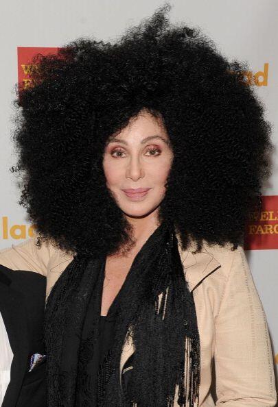 ¡La melena de Cher también ha probado el 'afro'! Su cabeza...