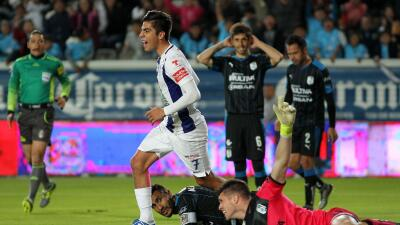 Rodolfo Pizarro celebra su gol ante Gallos.