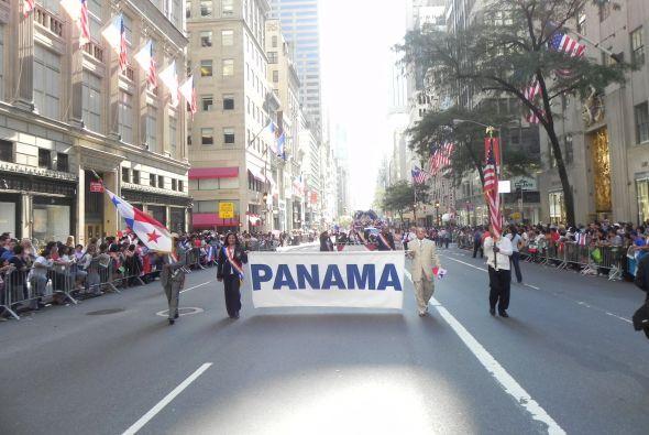 Familias hispanas desfilan por la 5ta Avenida c6ff02cf35904a429f26305850...
