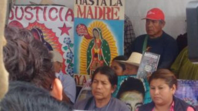 Familiares de los estudiantes desaparecidos en el Zócalo de Ciudad de Mé...